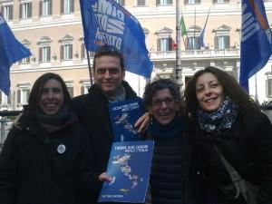 con il MoVimento Italiano per l'acqua pubblica fuori Montecitorio