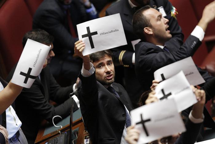 Sblocca Italia: Camera, deputati M5S protestano con cartelli con croce