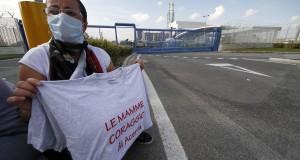 Rifiuti: protesta mamme davanti impianto Acerra, no ecoballe