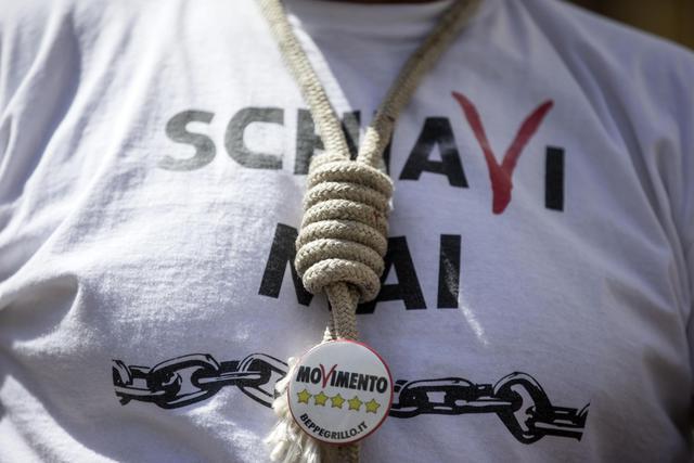 Un momento della manifestazione del M5S contro il ddl scuola del governo Renzi, a Piazza Montecitorio, 19 maggio 2015 a Roma. ANSA/ MASSIMO PERCOSSI