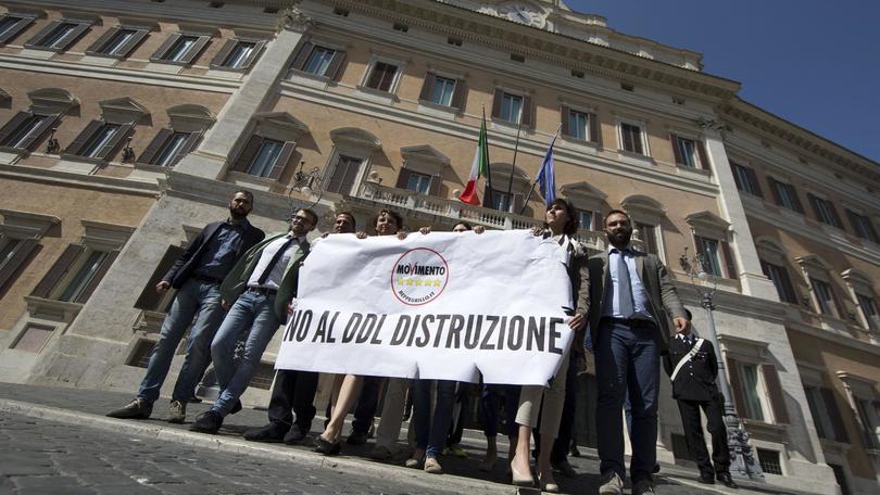 Onorevoli del Movimento 5Stelle alla manifestazione contro il DDL del governo Renzi a Montecitorio 19 maggio 2015 a Roma ANSA/MASSIMO PERCOSSI