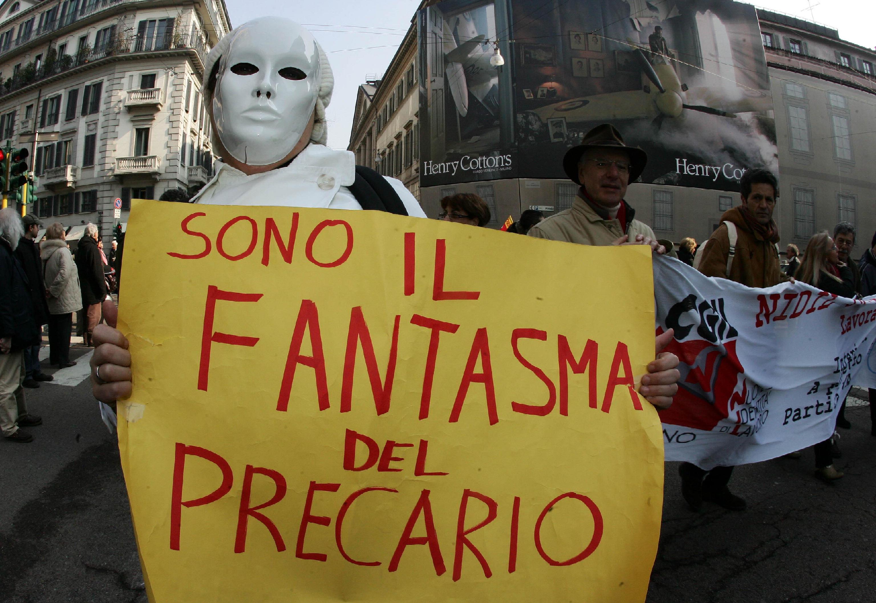 Una partecipante al corteo indetto dalla Cgil, oggi  12 marzo 2010 a Milano. MATTEO BAZZI / ANSA / DBA